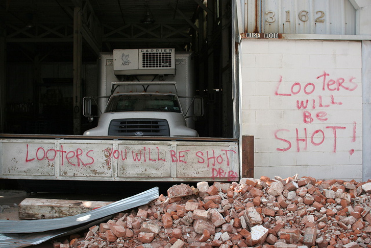 Looter warnings post-Katrina. New Orleans 2005. (Photo: ioerror/CC BY-SA 2.0)