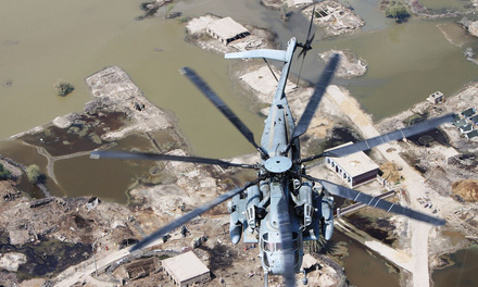 A Marine Corps Super Stallion helicopter from VMM-266 (REIN), 26th Marine Expeditionary Unit, flies in route to deliver relief supplies during humanitarian assistance operations in 2010 in the southern province of Sindh, Pakistan. (Photo: Capt. Paul Duncan/Public Domain)