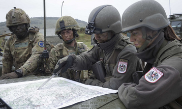 Austrian and British soldiers studiing next course of action. (Photo: HBF/Pusch)